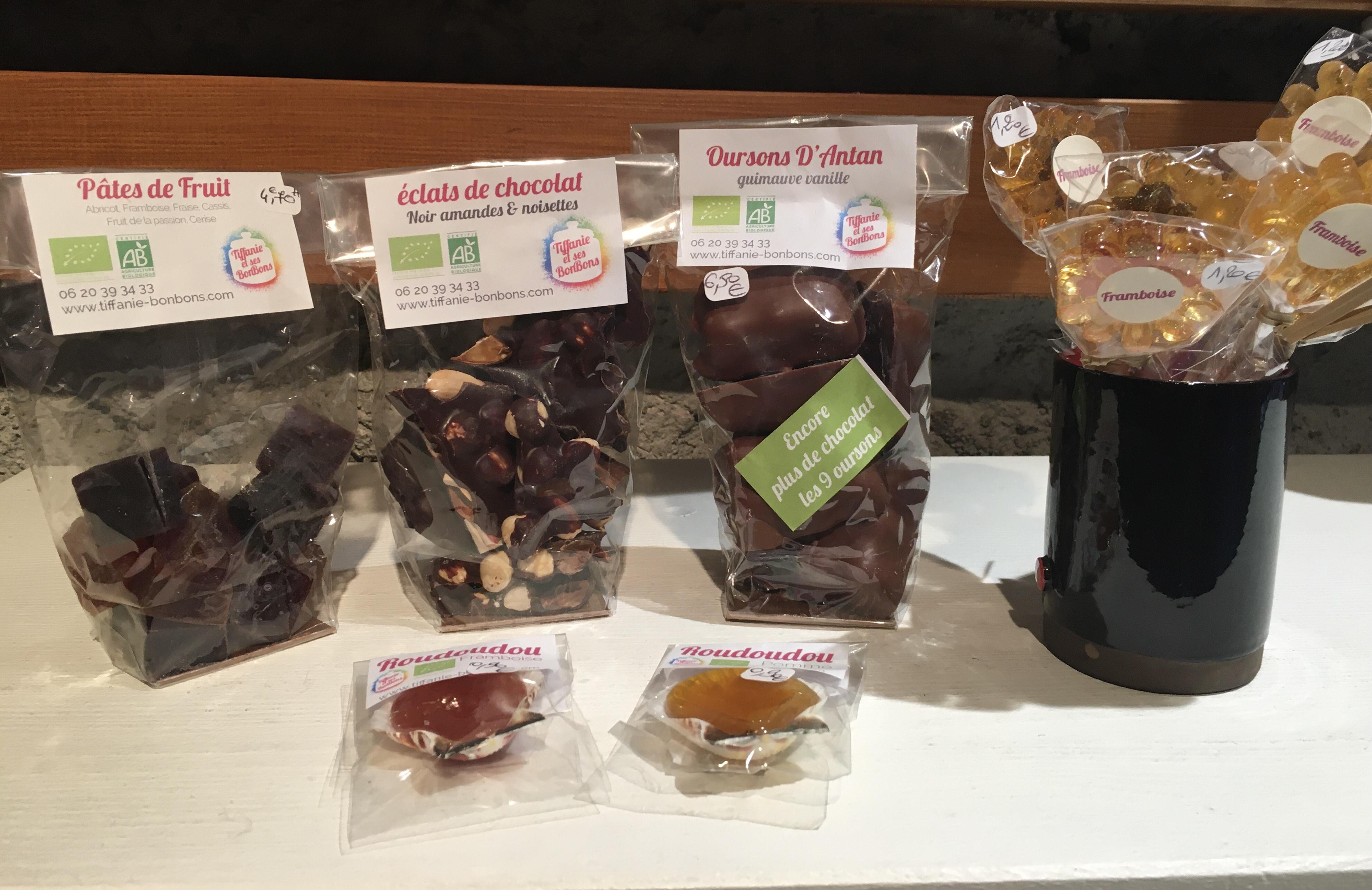 éclats de chocolat amande/noisette noir ou lait, 4,80€/le sachet - oursons chocolat noir ou lait 6,50€/le sachet de 9 - sucette fleur1,20€ l'unité - roudoudou 0,90€ l'unité - pâtes de fruit 4,70€/le sachet - sucette chocolat lollipop 3,40€ l'unité